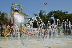 Diversión del verano en el parque del agua Fotografía de archivo