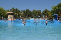 Diversión del verano en el parque del agua Imagenes de archivo