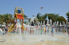 Diversión del verano en el parque del agua Imágenes de archivo libres de regalías