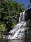 Diversión del verano en las cascadas Imagen de archivo