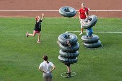 Diversión del verano en un juego de béisbol con el neumático que mira los globos Fotos de archivo