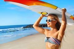 Diversión del verano, vacaciones del viaje de los días de fiesta El practicar surf Muchacha con la tabla hawaiana Foto de archivo