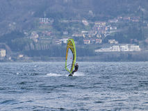 Diversión del Windsurfer en un día de Breva Imagen de archivo