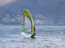 Diversión del Windsurfer en un día de Breva Foto de archivo libre de regalías
