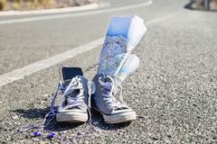 ¡Diversión en el camino para usted! Zapatos, camino, mapa y música de las zapatillas de deporte Imágenes de archivo libres de regalías