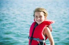 Diversión en la muchacha del lago con el chaleco salvavidas Imagen de archivo
