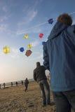 Diversión en la playa con las cometas Foto de archivo libre de regalías