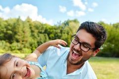 Diversión feliz de And Child Having del padre que juega al aire libre Tiempo de la familia fotografía de archivo libre de regalías