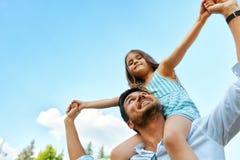 Diversión feliz de And Child Having del padre que juega al aire libre Tiempo de la familia Imágenes de archivo libres de regalías