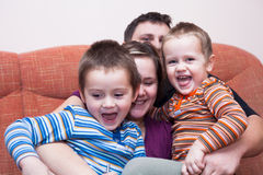 Diversión feliz de la familia en casa Imagenes de archivo
