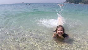 Diversión feliz de la niña en el mar almacen de metraje de vídeo