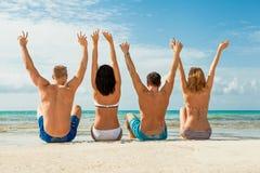 Diversión feliz joven del havin de los amigos en la playa Imagenes de archivo