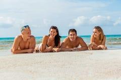 Diversión feliz joven del havin de los amigos en la playa fotografía de archivo