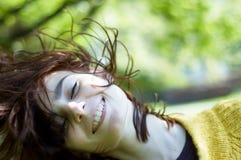 Diversión fresca joven de la muchacha al aire libre Foto de archivo