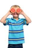 Diversión joven del muchacho de la fruta Fotos de archivo libres de regalías