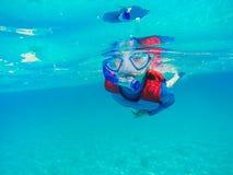 Diversión joven subacuática del muchacho en el mar con el tubo respirador Diversión de las vacaciones de verano Foto de archivo libre de regalías