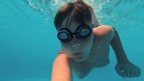 Diversión joven subacuática del muchacho en la piscina metrajes