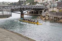 Diversión kayaking con los adolescentes Foto de archivo