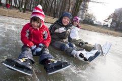 Diversión patinadora de los niños en nieve Imagen de archivo