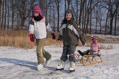 Diversión patinadora de los niños en nieve Imagen de archivo libre de regalías
