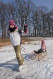 Diversión patinadora de los niños en nieve Foto de archivo libre de regalías
