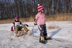 Diversión patinadora de los niños en nieve Imagenes de archivo