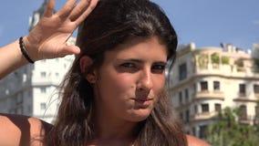 Diversión Posing modelo femenino almacen de metraje de vídeo