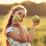Diversión que juega a la muchacha hermosa del niño con el pelo largo joying y que muerde Fotografía de archivo