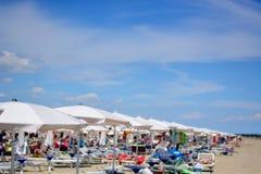 diversión y relajación en la playa fotos de archivo