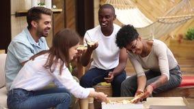Diversi amici che si siedono nelle fette della parte del terrazzo di estate di pizza stock footage