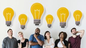 Diversi amici con il concetto creativo delle icone della lampadina immagini stock libere da diritti