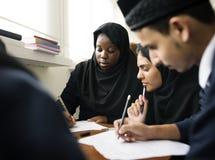 Diversi bambini musulmani che studiano nell'aula Fotografie Stock