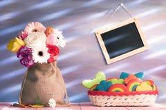 Diversi fiori e un canestro con i biscotti Immagine Stock Libera da Diritti