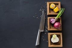 Diversi ingredienti di cottura in scatole di legno, primo piano Fotografia Stock Libera da Diritti