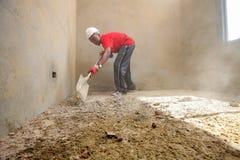 Diversi membri della comunità che costruiscono una casa di basso costo a Soweto Fotografie Stock