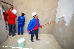 Diversi membri della comunità che costruiscono una casa di basso costo a Soweto Immagine Stock Libera da Diritti