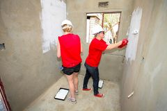 Diversi membri della comunità che costruiscono una casa di basso costo a Soweto Fotografia Stock Libera da Diritti