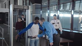 Diversi passeggeri che passano controllo di sicurezza fotografia stock