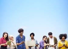 Diversi studenti che studiano insieme concetto di tecnologia Fotografie Stock