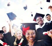 Diversi studenti internazionali che celebrano concetto di graduazione Immagine Stock Libera da Diritti