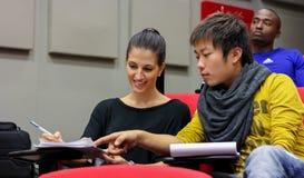 Diversi studenti nella stanza di conferenza della città universitaria dell'istituto universitario Fotografie Stock Libere da Diritti