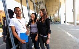 Diversi studenti sulla città universitaria dell'istituto universitario Fotografia Stock