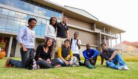 Diversi studenti sulla città universitaria dell'istituto universitario Immagini Stock