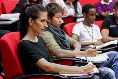 Diversi studenti sulla città universitaria dell'istituto universitario Immagine Stock