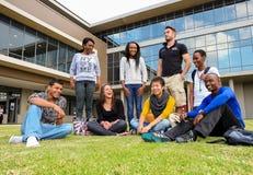 Diversi studenti sulla città universitaria dell'istituto universitario Fotografie Stock Libere da Diritti