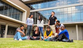 Diversi studenti sulla città universitaria dell'istituto universitario Fotografia Stock Libera da Diritti