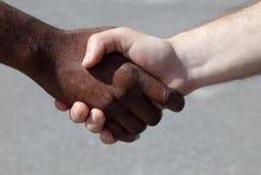 Diversi uomini che stringono le mani Immagini Stock
