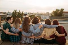 Diversidad de la ayuda del ocio de la unidad de la juventud de los amigos fotos de archivo libres de regalías