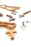 Diversidad de la religión - granos del rosario sobre blanco Imagen de archivo libre de regalías