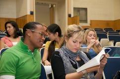 Diversidad del estudiante universitario en un pasillo de conferencia Imágenes de archivo libres de regalías